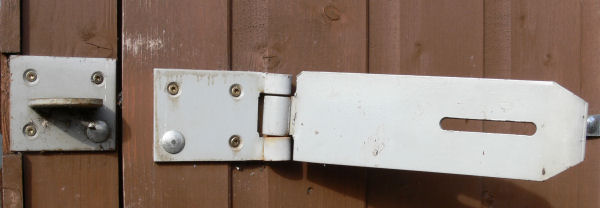 Maxi Shackle Securing a field gate to a metal post